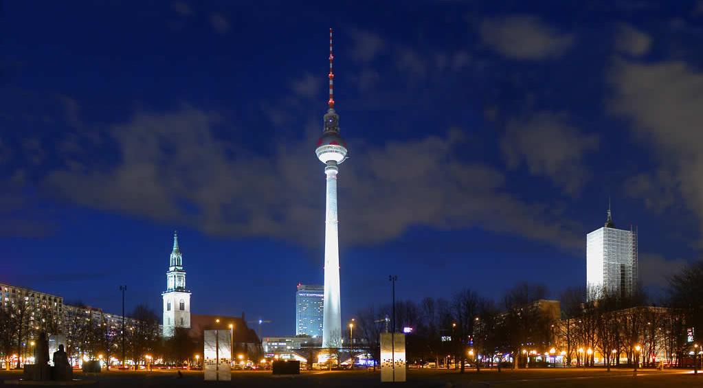 Utsikt med Berlin TV Tower Alexanderplatz på kvällen.