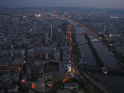 Utsikt över Paris och Seine på kvällen