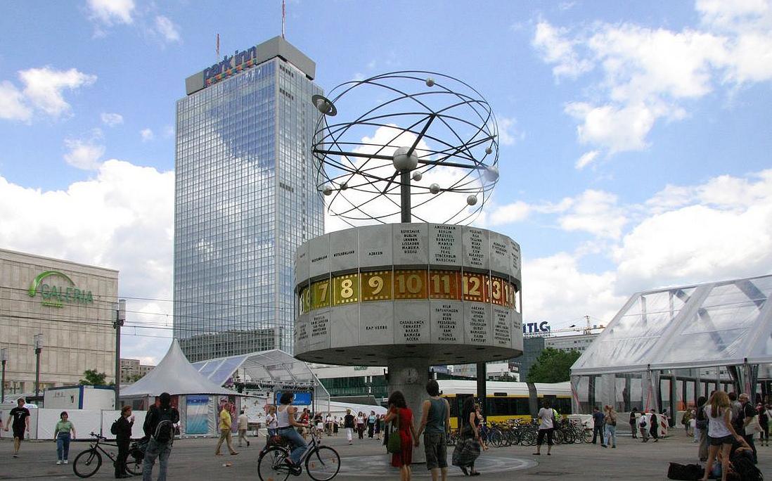 Berlin Alexanderplatz på dagen.